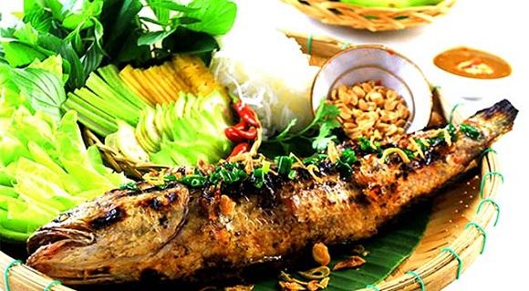Nước chấm và rau sống ăn cùng món cá nướng