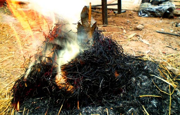 Rơm giữ được hương thơm riêng của cá lóc nướng trui ở Sài Gòn