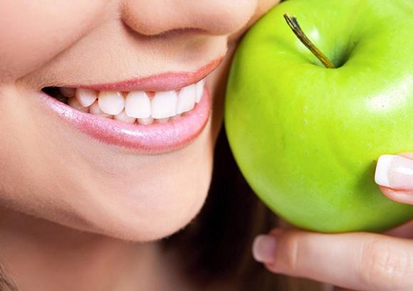 Ăn táo chống hôi miệng (5)