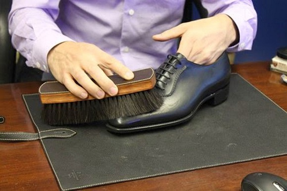 Dầu ăn giúp làm sạch giày da (4)