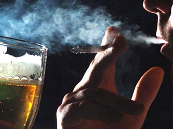 Dùng các chất kích thích như thuốc lá, rượu bia là một trong những nguyên nhân làm cho cậu nhỏ của bạn chậm phát triển (3)